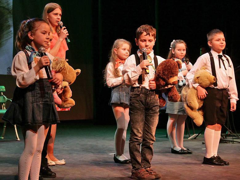 Uczniowie szkoły z Wałdowa na scenie teatru w Grudziądzu