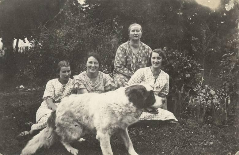 Podhajce, rok 1935. Maria z Wojciechowskich Zarębina (druga z lewej) ze świekrą Zofią Zarębiną, szwagierkami Aliną (z lewej) i Zofią (z prawej) oraz psem Barym<br />