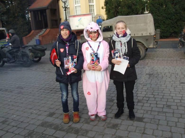 Wielka Orkiestra Świątecznej Pomocy gra także w Chełmnie.  Wolontariusze od rana zbierają pieniądze do orkiestrowych puszek, a w południe rozpoczęły