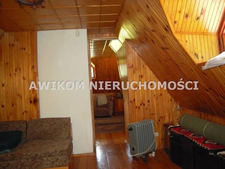 <strong>14. Dom za 350 000,00 zł (Budy Grabskie)<br /> 3 500,00 zł/m2 </strong><br /> Powierzchnia w m2: 100<br /> Powierzchnia działki w m2: 4300<br /> Dom w stylu myśliwskim o powierzchni mieszkalnej ok. 70 m2. Na parterze jest duży pokój 18 m2, kuchnia 6,5 m2, łazienka 2,6 m2 i przedpokój.<br />