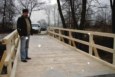 Bogdan Francuz na moście, który połączy drogę prowadzącą do posesji Cebulskich z ulicą Podgórze Fot. Aleksander Gąciarz