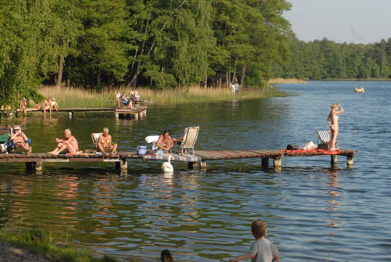 Jeziora Błeszno i Piaszno przyciągają miłośników kąpieli, ale i  wędkarzy polujących  na karpie. Ryby te w płytkiej wodzie czują się najlepiej. Zdarzają się tam podobno nawet dwudziestokilogramowe sztuki.