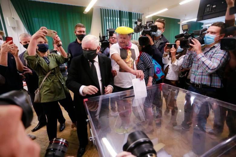 W lokalu wyborczym przy ul. Henryka Siemiradzkiego doszło do incydentu, który nie zakłócił porządku głosowania, ale wzbudził sporo sensacji. W tym lokalu