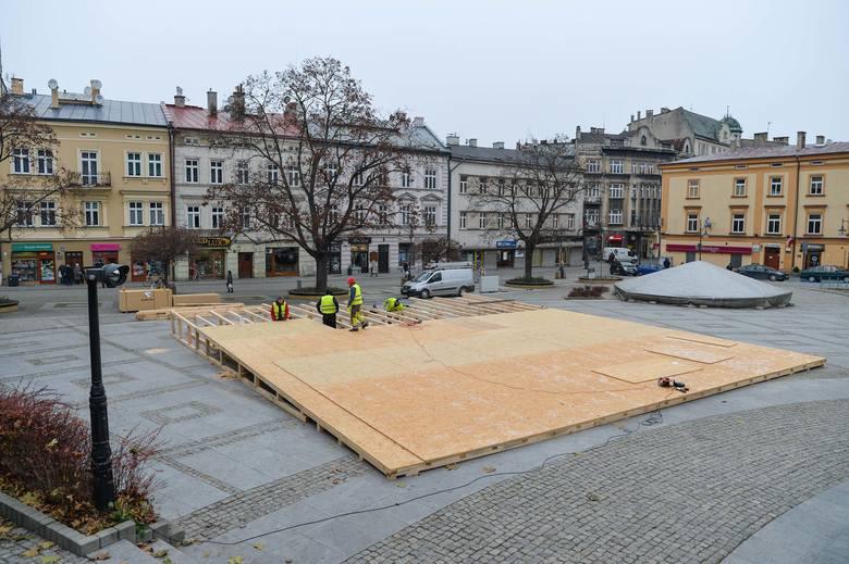Na Placu Niepodległości w Przemyślu trwa budowa mobilnego lodowiska. To efekt współpracy miasta z mBankiem. Wstęp będzie bezpłatny.Zobacz też: Przemyśl