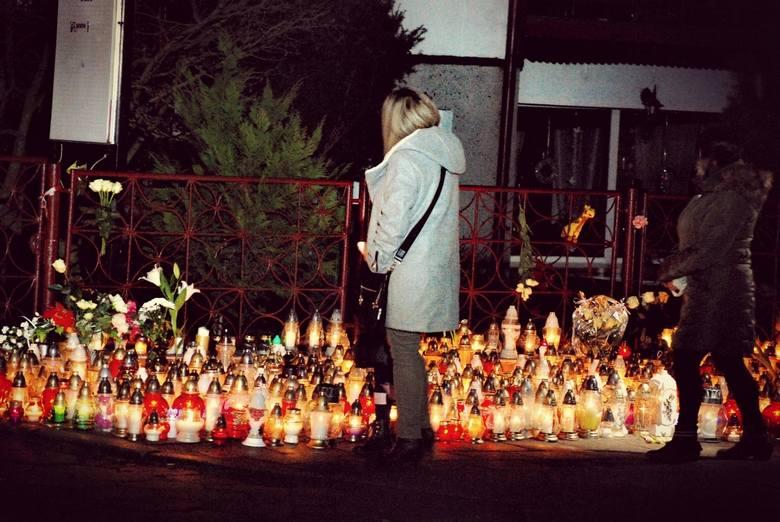 Już w nocy z piątku na sobotę przed budynkiem przy ul. Piłsudskiego 88, gdzie działał escape room, w którym doszło do tragicznego w skutkach pożaru,