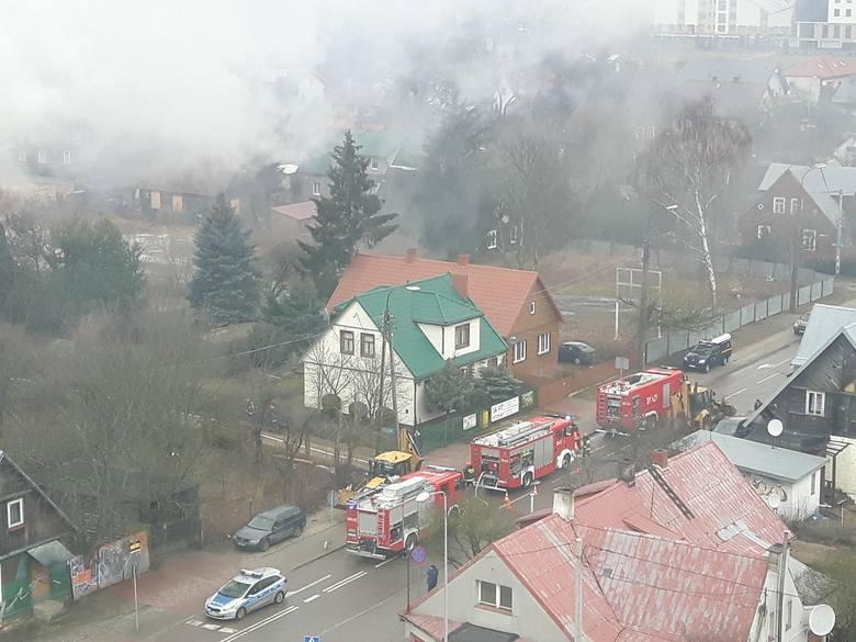 Do pożaru opuszczonego budynku doszło w sobotę około godziny 9.00 na ulicy Bema 56. Na miejscu pracują cztery zastępy straży pożarnej.