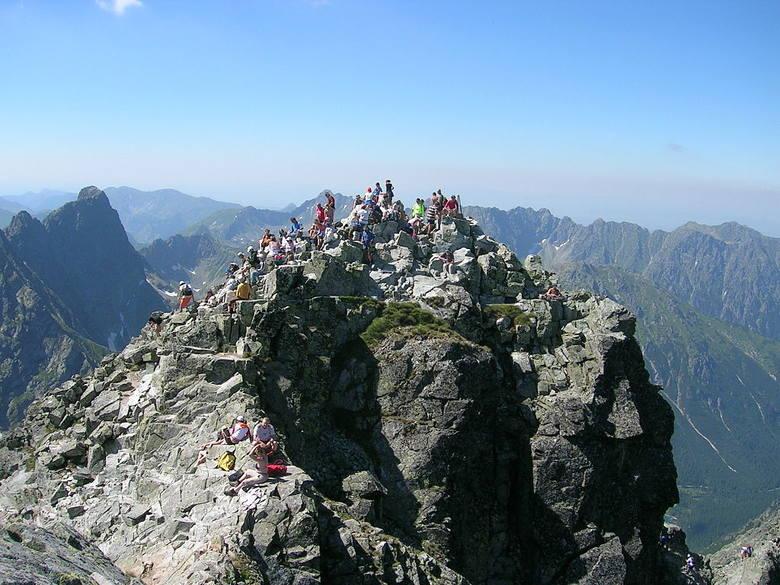 RysyNajlepszym przykładem popularnego szlaku leżącego na granicy są Rysy - najwyższy szczyt polskich Tatr. Na wierzchołek można dojść od strony polskiej