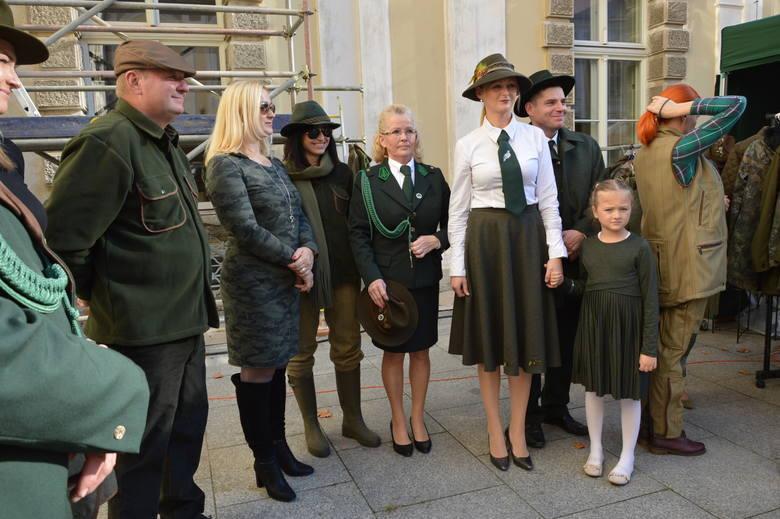 Pokaz mody myśliwskiej zrobił furorę podczas niedzielnych Wielkich Łowów w Puszczy Żagańskiej. Na wybiegu na scenie usytuowanej na dziedzińcu Pałacu