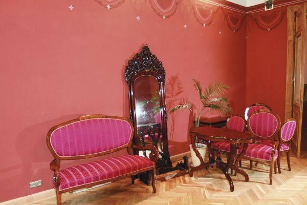 Ceglasty salonik to pierwsze z pomieszczeń, od którego będzie rozpoczynać się zwiedzanie muzeum. Z niego przechodzi się do jadalni, a następnie do saloniku
