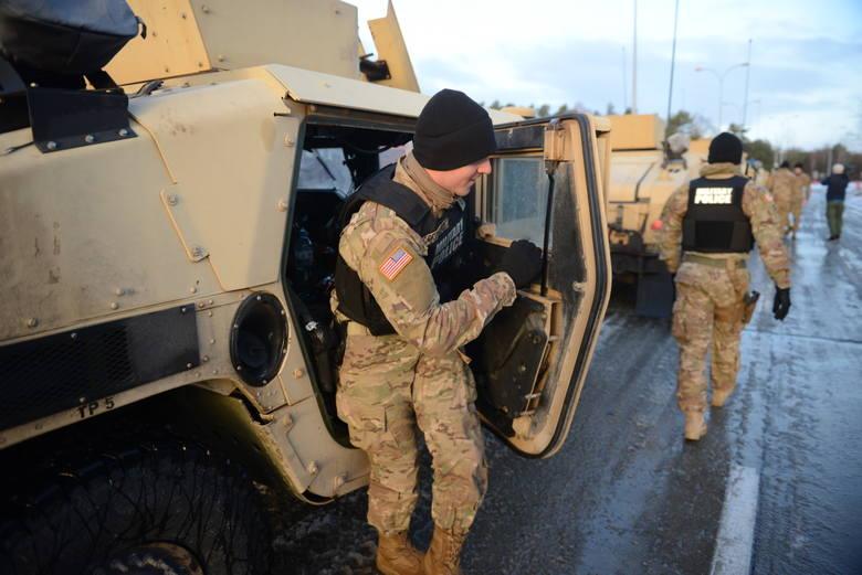 Żołnierze amerykańscy podczas postoju w Olszynie.