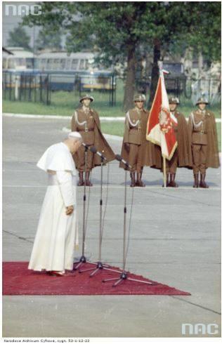 Pożegnanie papieża Jana Pawła II na lotnisku Balice kończące I pielgrzymkę do Polski. Papież Jan Paweł II podczas uroczystości na płycie lotniska Balice. Na dalszym planie widoczny poczet sztandarowy Wojska Polskiego.<br /> Data wydarzenia: 1979-06-10