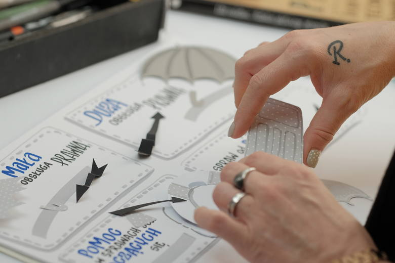 """Za progiem biura """"Renata Pisze"""" wkraczamy w zupełnie inny świat. Królują w nim kartki, markery, kredki, flamastry"""