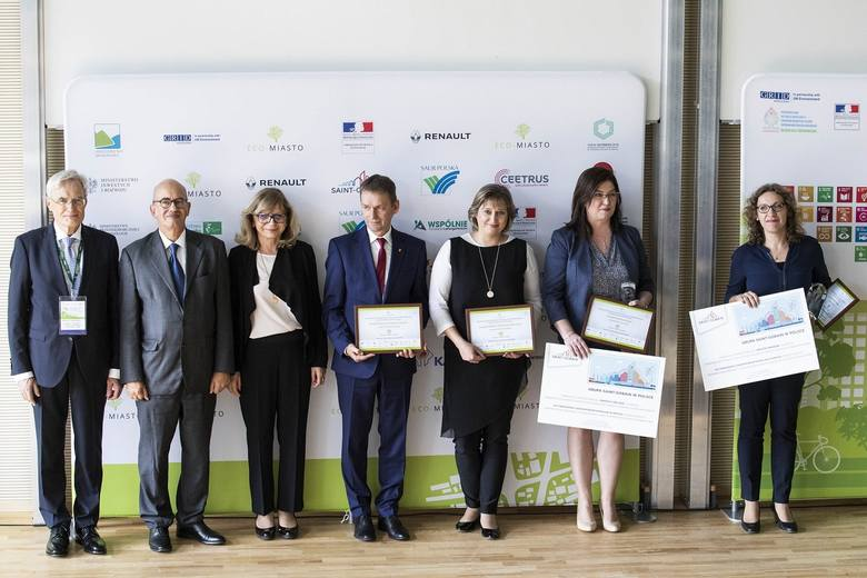 ECO-MIASTO 2018 - nagrodzeni i wyróżnieni w kategorii efektywność energetyczna budynków odbierają nagrody na ppodsumowaniu konkursu w Warszawie, wśród