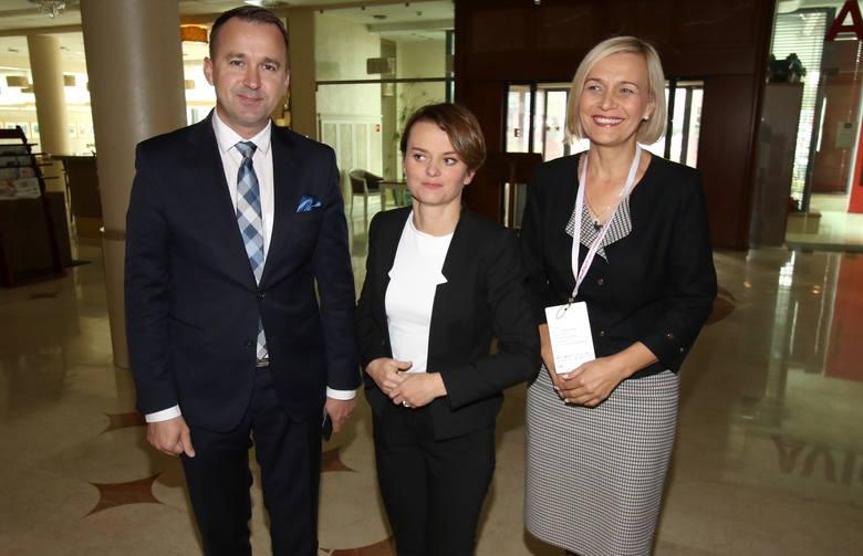 Poseł Michał Cieślak, minister Jadwiga Emilewicz i Renata Janik, doradca wicepremiera Jaroslawa Gowina.