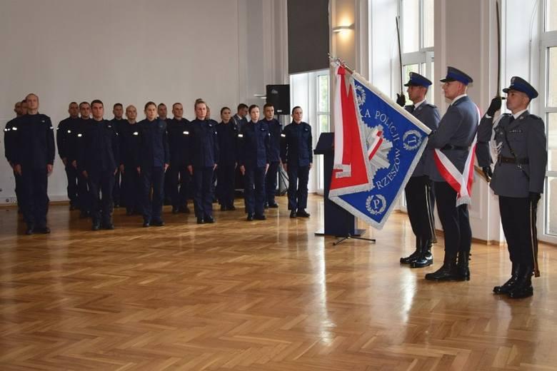 W Komendzie Wojewódzkiej Policji w Rzeszowie ślubowanie złożyło dziś 20 policjantów. Wśród nowo przyjętych jest 5 kobiet. - Zostać policjantem to przede