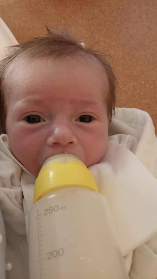 Dzielny maluch, do niedawna karmiony przez sondę, już pije mleko z butelki.