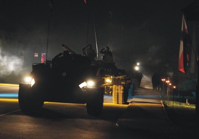 - Przemyski garnizon musi zostać wzmocniony – uważa Piotr Tomański, poseł PO z Przemyśla. Nz. nocna defilada czołgów w Żurawicy.