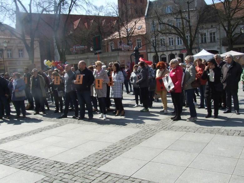 Na chełmińskim rynku pojawiło się kilkaset osób. Aby wyrazić poparcie dla strajkujących nauczycieli przyjechali tu z gmin całego powiatu, a także ze
