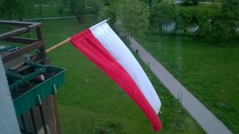 Flaga powiewająca z balkonu Czytelnika Tomka w Inowrocławiu.
