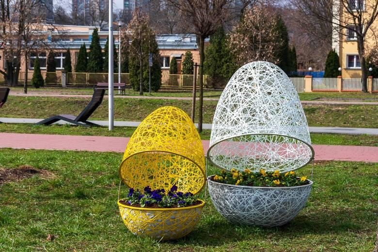 Wielkanocne ozdoby pojawiły się na bulwarach Czarnej Przemszy w Będzinie Przesuń zdjęcia w prawo - wciśnij strzałkę lub przycisk NASTĘPNE