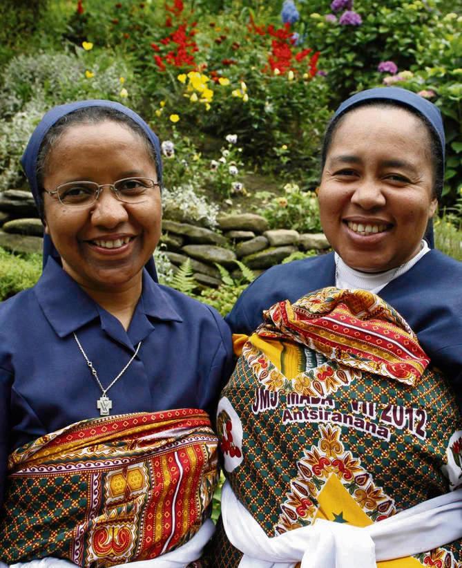 Siostry zakonne Feminasoa Fonilo (z lewej) i Clementine przyleciały do Jaworznej razem z grupą młodzieży w Madagaskaru