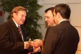 Wicewojewoda świętokrzyski Piotr Żołądek wrecza nagrodę Józefowi Dąbkowi, prezesowi zarządu Kopalni Wapienia Morawica.