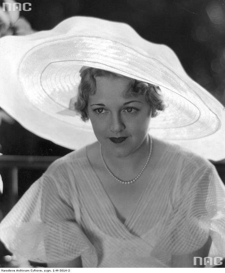 Modelka prezentuje kapelusz z dużym rondem.