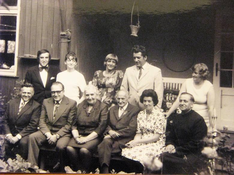 Rok 1976. Złote wesele Walerii i Stanisława Nabzdyków. Jubilaci w otoczeniu dziewięciorga dzieci (jednego syna adoptowali, gdy jego rodzice zginęli w obozach).
