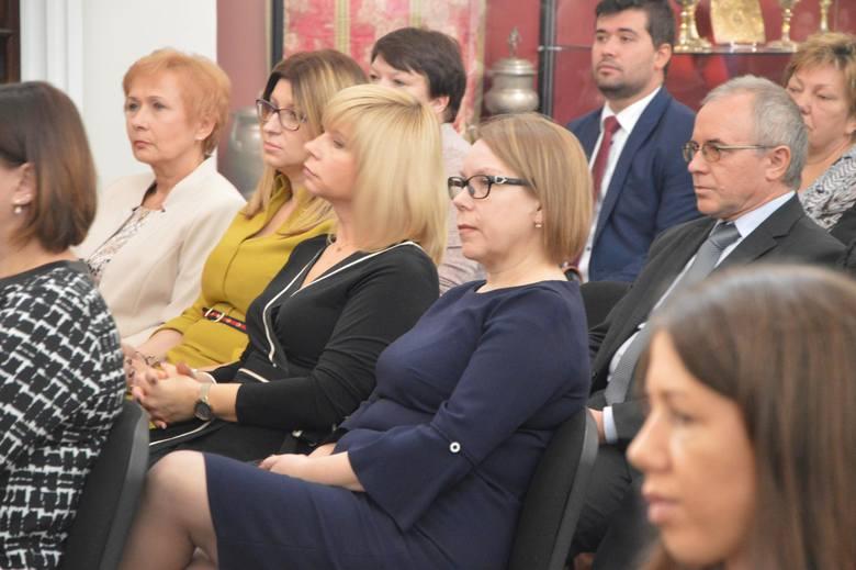 Władze powiatu łowickiego nagrodziły pracowników szkół. Kto dostał nagrody? [ZDJĘCIA]