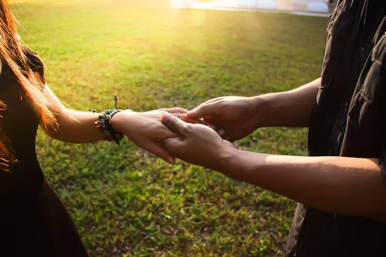 Emocjonalna i fizyczna bliskość to warunek udanych zbliżeń zwłaszcza w przypadku kobiet. Jej podtrzymaniu sprzyja okazywanie sobie uczuć i dobra komunikacja