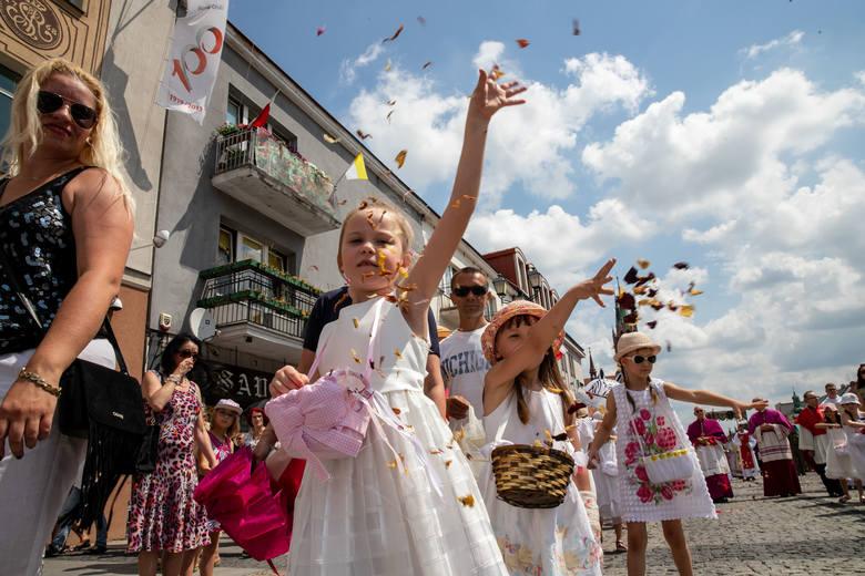 Tradycyjnie już procesje z okazji uroczystości Bożego Ciała przeszły ulicami Białegostoku i tradycyjnie już towarzyszyły im upał i słońce. Część mieszkańców