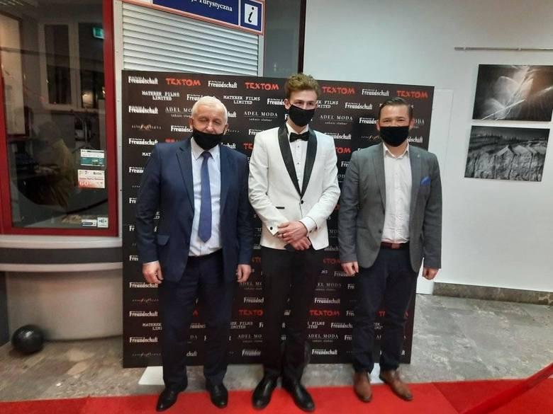 Waldemar Sikora, burmistrz Buska-Zdroju, Filip Zaręba, reżyser oraz Michał Maroński, wiceburmistrz Buska-Zdroju.