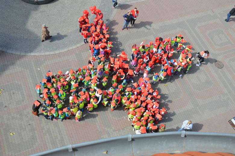 """W środę, 8 maja, o godz. 11.00 pod pomnikiem Bachusa w Zielonej Górze, dzieci z miejskich przedszkoli utworzyły """"żywy krzyż"""". Pomysłodawcą"""