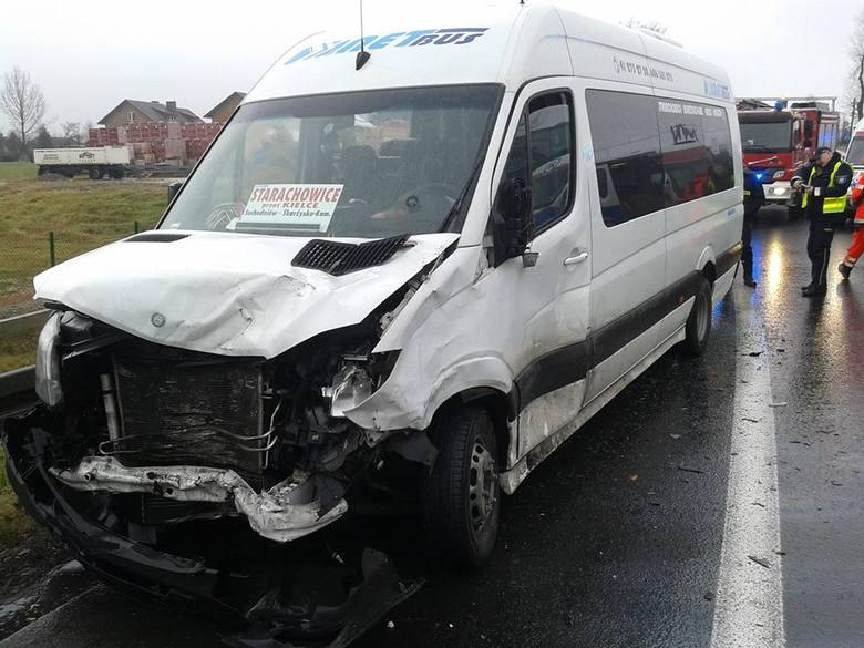 Zderzenie busa z dwoma autami osobowymi koło Michałowic. 8 osób rannych [ZDJĘCIA]