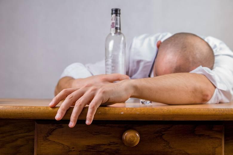 """Jak wynika z danych amerykańskich naukowców, problem """"urwanego filmu"""" po spożyciu dużej ilości alkoholu dotyczy ok. 30 procent osób"""