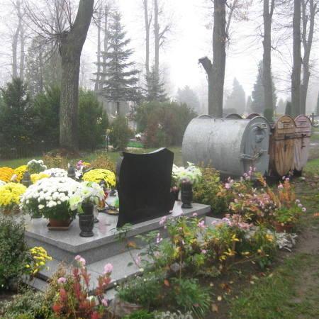 Wczoraj odwiedziliśmy cmentarz. Pojemników na śmieci jest na nim bardzo dużo, wczoraj były puste.