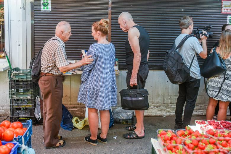 Zenon Fabiś, starszy poznaniak wyprzedający własną kolekcję książek, by zebrać pieniądze na walkę z rakiem pojawił się w piątek na rynku Jeżyckim. Czekało