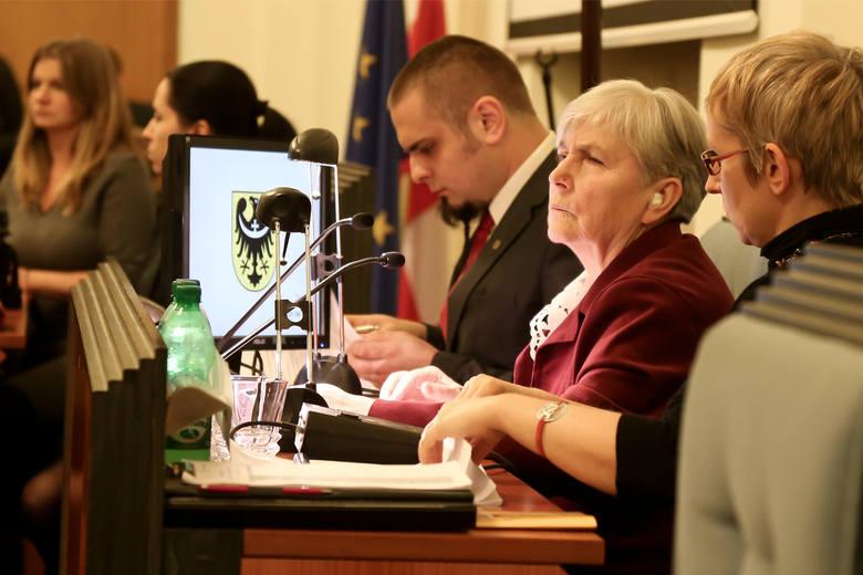 Przewrót w sejmiku. Radni PO zrywają obrady, a koalicja zawisła na włosku (ZDJĘCIA)