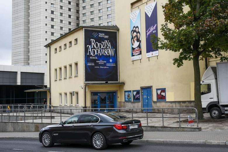 Od ponad 60 lat teatr funkcjonuje w tymczasowej siedzibie. Co roku gości ponad 110 tys. widzów