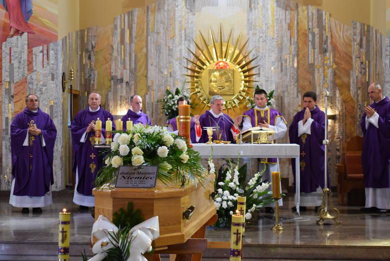 W Sandomierzu i Nisku odbyły się uroczystości pogrzebowe diakona Mateusza Niemca z diecezji sandomierskiej. Zmarł w wieku 25 lat.Uroczystości pogrzebowe