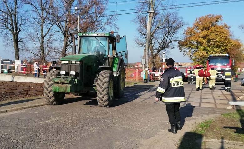 Do zdarzenia doszło w środę, około godz. 11 7 listopada, w Kupieninie (pow. świebodziński). Na przejazd kolejowy wjechał ciągnik rolniczy z przyczepą.