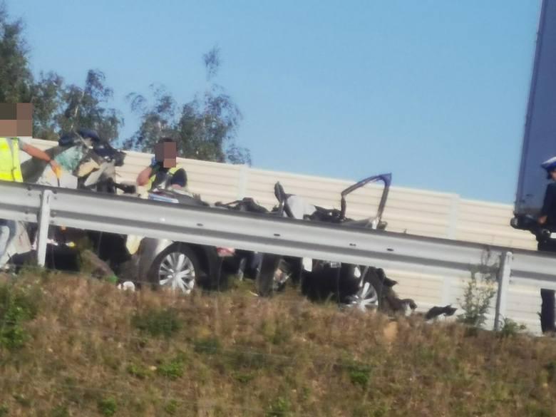 Dramatyczny wypadek na S3. Ciężarówki zmiażdżyły osobówkę
