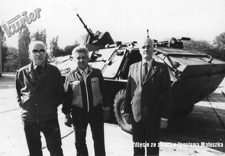 W Lublinie produkowano transportery opancerzone SKOT. Przed wozem stoją od  od lewej: Janusz papiński - kierfownik zakładu wojskowego, Stanisław Żaba