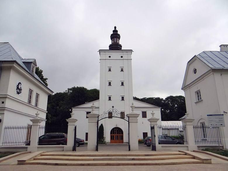Zespół zamkowy Radziwiłłów - Wieża zamkowa w Białej PodlaskiejZespół zamkowy Radziwiłłów – obiekt zabytkowy z XVI w. w Białej Podlaskiej, obejmujący
