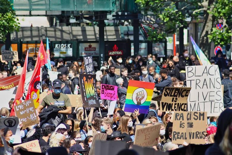 Śmierć George'a Floyda w wyniku brutalnego zachowania policjantów uruchomiła lawinę protestów, dyskusji, manifestacji na całym świecie