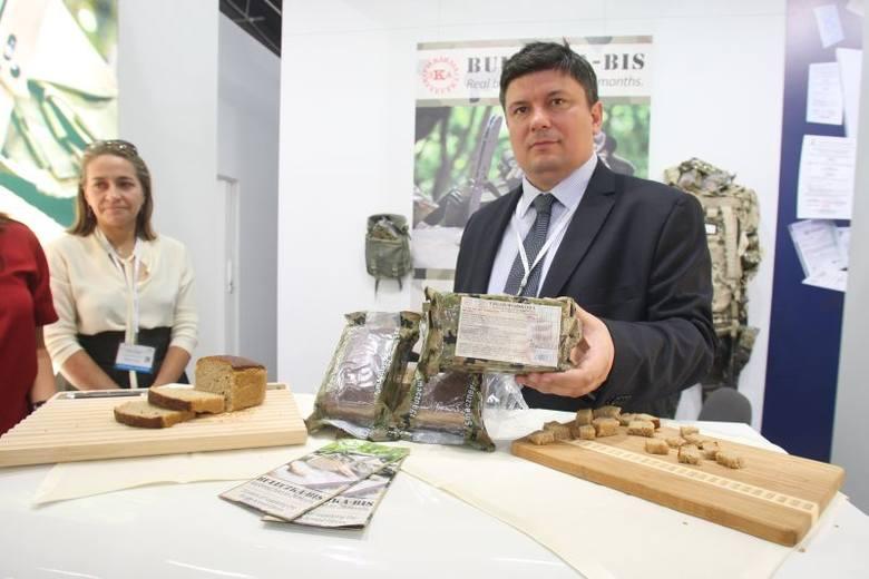 Chleb wojskowy na naturalnym zakwasie bez konserwantów może być przechowywany przez dwa lata. Piekarnia Bułeczka Bis w Przeworsku dostarcza go armii