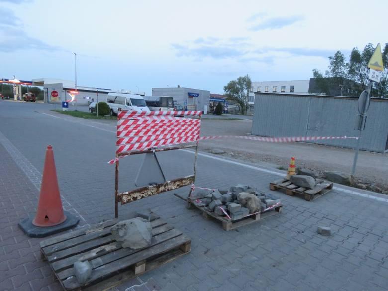 Łącznik centrum Wadowic z obwodnicą, prowadzący też do nowej komendy policji i stacji benzynowej, został z obu stron zabarykadowany przez właściciel