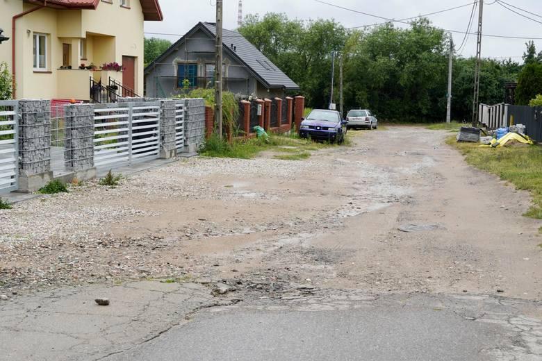 Tak wygląda ul. Kazaneckiego. Mieszkańcy denerwują się, że budowa nawierzchni wciąż jest przekładane.