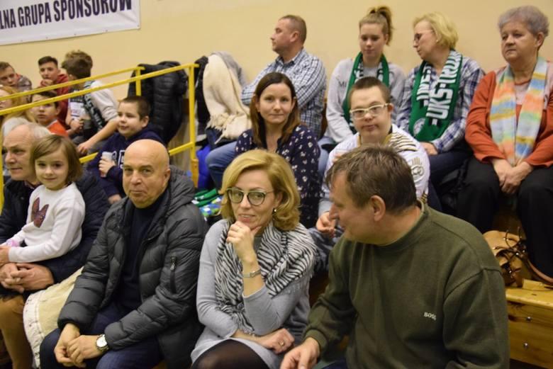 Od początku rozgrywek tego sezonu II ligi piłki ręcznej, UKS Trójka Nowa Sól  nie wygrała meczu we własnej hali... Dopiero w meczu z lokalnym rywalem
