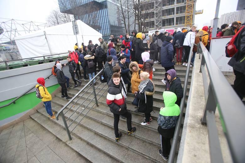 Protest pod Spodkiem w związku z organizacją IEM bez publiczności.Zobacz kolejne zdjęcia. Przesuwaj zdjęcia w prawo - naciśnij strzałkę lub przycisk